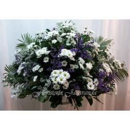 Centro de flores en blanco...