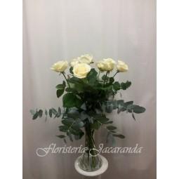 Florero de rosas blancas